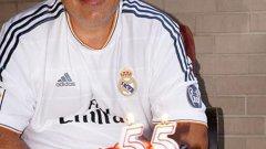 Бойко Борисов позира с футболна тениска и торта на стената си във Facebook
