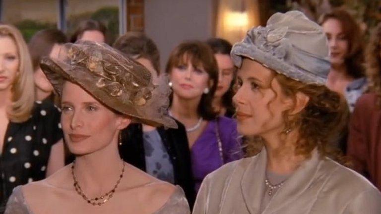 """NBC получава оплаквания заради гей сватбата Епизодът, в който бившата съпруга на Рос - Керъл - се жени за партньорката си Сюзан не се харесва на част от феновете на """"Приятели"""" и след като излиза в ефир, телевизията, която излъчва сериала - NBC, получава няколко загрижени обаждания с настоявания сватбата да бъде цензурирана.   Заявява се, че бракосъчетанието между лесбийки противоречи на християнските ценности и не се вписва в представата за традиционно шоу, което американците биха гледали със семейството си. Но и от телевизионния канал, и от екипа на """"Приятели"""" застават твърдо зад позицията, че любовта на Сюзан и Керъл заслужава екранно време и запазват сценария със сватбеното им тържество непокътнат."""