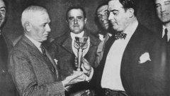 След победата на финала на Мондиал 1930 с 4:2 над Аржентина президентът на ФИФА Жюл Риме връчва световната купа на боса на уругвайския футбол Раул Худ.