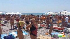 Патриотичният поздрав трае повече от 4 минути. През цялото време мнозинството от плажуващите стоят изправени, а някои си тактуват с ритъма на марша.