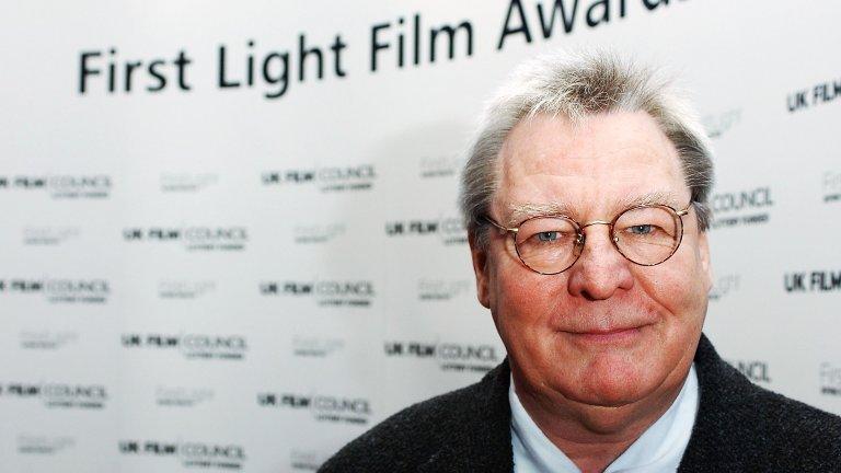 """Алън Паркър (1944 - 2020) Режисьорът, създал култовия филм """"Стената"""" по едноименния албум на Pink Floyd, както и филмите """"Евита"""", """"Среднощен експрес"""" и """"Мисисипи в пламъци"""" Алън Паркър почина на 31 юли на 76 години."""