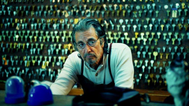 """""""Мангелхорн""""  Един от най-силните филми с Ал Пачино от последните години представлява простичка и скромна история с много скрит заряд. Мангелхорн е обикновен ключар в малко градче, обладан от спомени за голямата си любов, която е оставил да му се изплъзне. """"Имам нужда от теб, Клара. Да те обичам е единственото нещо, което някога съм направил както трябва"""", пише той в едно от многото писма, които задават настроението във филма на Дейвид Гордън Грийн.   Тази надежда за любов изглежда изгубена в миналото на Мангелхорн, но в този омагьосващ портрет на мъж, пълен с изненади, винаги има място за втори шанс."""