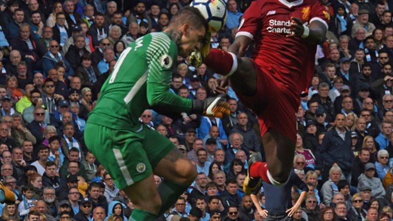 """3. 9 септември: Червеният картон на Садио Мане Сити вече водеше с 1:0 срещу Ливърпул, когато Садио Мане бе изгонен с директен червен картон за ритника в лицето на Едерсон. Гуардиола усети, че сега е моментът да бъде изпратено ясно съобщение към конкурентите и разби """"червените"""" с 5:0."""