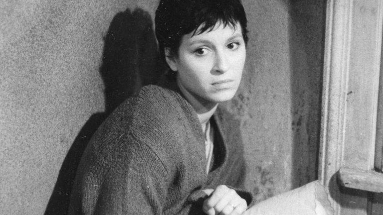 """Аз, графинята   Един български филм на режисьора Петър Попзлатев, който ни връща в 1968 г. – годината на младежките вълнения и сексуалната революция. В началото главната героиня Сибила е на 16 и заедно с приятелите си слуша """"Бийтълс"""", пие и експериментира с наркотиците.   Така се стига и до изселването й от столицата. Среща любовта, но отново завършва с крах и отново следва омагьосаният кръг на наркотиците, психиатричните клиники и изправителните заведения. А някога Сибила е била Графиня Сиси в приказките, които баща й й е разказвал...  Прожекцията на филма е на 30 ноември в кино """"Люмиер Лидл""""."""