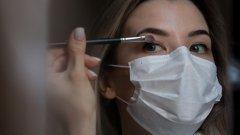 Сега е моментът за по-смели експерименти и грим, който да остане върху лицето през целия ден