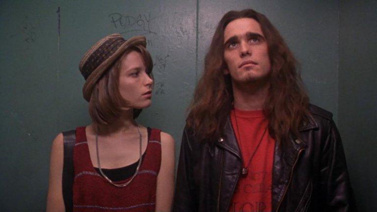 """Singles / """"Любовни квартири""""  Ако има филм, който да може да улови духа на 90-те и грънджа, то това е Singles. Сюжетът се фокусира върху любовните драми на група младежи от Поколението Х, живеещи в една сграда в Сиатъл, промотираща квартирите си с една спалня - идеални както за сами хора, така и за млади двойки. Разделен на отделни """"глави"""", филмът предава различните етапи в живота на две двойки, техните сътресения и възходи, както и любовния живот на техните приятели и сътрудници. Макар да не се върти около музиката, този филм е рокаджийски и пълен с местни банди като Pearl Jam, Alice In Chains и др. Ако 90-те ви липсват по някакъв начин, то Singles определено може да задоволи тази нужда."""