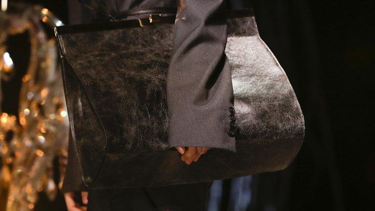 Чанта без дръжка  Стига да не сте капризни при носенето на чантите, този сезон може да влезете в крак с модата и чантите без дръжка, които могат да се носят под мишница и да тестват издръжливостта на ръцете ви.