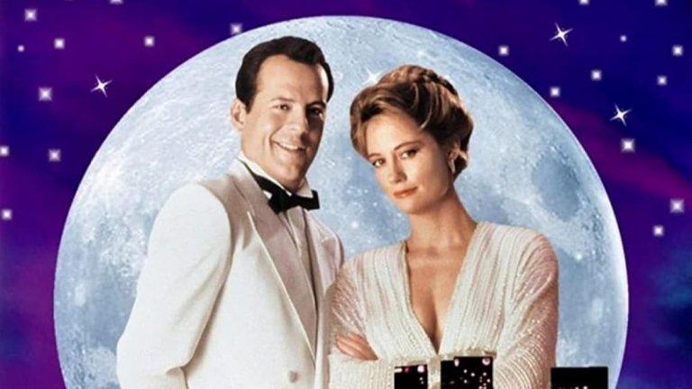 """""""Съдружници по неволя"""" (Moonlighting)  Връщаме ви назад във времето, още преди Брус Уилис да започне да """"умира трудно"""" през няколко години. В сериала """"Съдружници по неволя"""" той и Сибил Шепърд играят частни детективи - Дейвид Адисън-млади и Мади Хейс. Хейс е бивш модел, която губи финансовото си състояние. Адисън оглавява един от бизнесите на семейството ѝ - детективска агенция в Лос Анджелис. Именно той успява да убеди Мади да не закрива агенцията и двамата да продължат да я управляват заедно.   """"Съдружници по неволя"""" е по-различен детективски сериал с оглед на това, че успешно съчетава драма и комедия. Петте му сезона с общо 66 епизода, излъчвани за пръв път между 1985 и 1989 г., ще ви напомнят за едни по-различни времена.  У нас е бил излъчван по няколко телевизии, включително и по FOX Crime и е въпрос на време да се появи отново на екран."""