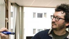 Ако екипажът или служителите от охраната на авиокомпанията си бяха направили труда да потърсят в Google името на този добродушен очилат пасажер, преди да обявят извънредно положение за няколко часа, вероятно щяха да разберат, че въпросният мъж - Гуидо Мензио - е млад, но отличен икономист, който преподава в университетите от т.нар. Бръшлянова лига на САЩ.