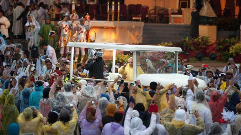 """На тържествената литургия пристигна в папамобил, който имитираше дизайна на местните мини-автобуси, по-известни като""""джипни"""" (jeepneys)"""