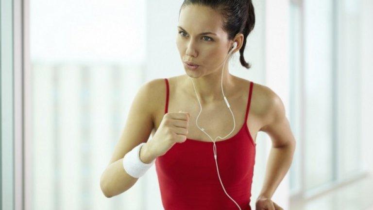 """3. Включете интервални кардио тренировки Интервалните тренировки представляват редуване на кратък период от време, при който се натоварвате на по-голяма степен, последван от друг период от време на по умерена степен (или активна почивка). Такъв пример са тичането на пътека за 1 минута, последвано от 1 минута бързо ходене. Този цикъл се повтаря няколко пъти (обикновено между 3 и 8 пъти).  Пътеката не е единственото място, на което може да се изпълняват подобен тип тренировки. Кардио машини като велоергометър, кростренажор и """"стълби"""" могат да бъдат програмирани да работят на интервали."""
