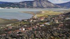 Крепостта Вишеград е една от най-запазените родопски крепости.   На снимката: изглед към близкото село Островица и върха, на който е разположена по-голямата крепост от същата епоха - Моняк.