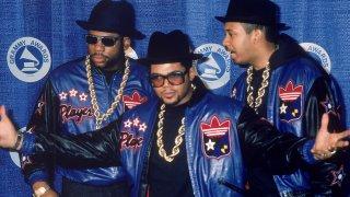 """Run DMC  Джоузеф Симънс, Дарил Макданиелс и Джейсън Мизъл са самото олицетворение на хип-хоп музиката. Те са най-успешните, най-обичаните, най-популярните и най-продаваните рапъри на 80-те - изобщо те са първите хип-хоп суперзвезди. Не само създадоха нова мода на обличане с техните шапки """"идиотки"""", бели развързани кецове и кожени якета, но като цяло задоха нов курс за целия жанр. Имат повече от добро сътрудничество с легендарния продуцент Рик Рубин, а връхната точка от тази колаборация е двойно платиненият албум """"Raising Hell"""" от 1986 г."""