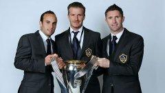 Лендън Донован, Дейвид Бекъм и Роби Кийн позират с прясно спечелената купа на MLS