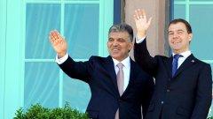 Руският президент Дмитрий Медведев и турският премиер Реджеп Тайип Ердоган демонстрират изключително задоволство от двустранното сътрудничество...