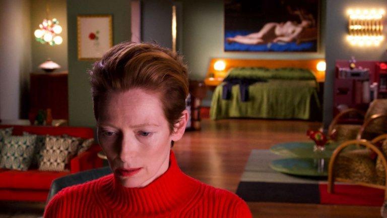 """""""Човешкият глас"""" Късометражният филм на Педро Алмодовар разказва за жена,която очаква доскорошният ѝ любовник да се върне. Но дните минават и той така и не се появява. С времето дори кучето ѝ приема идеята, че са останали сами. Жената обаче, изиграна от Тилда Суинтън, продължава да обикаля около вещите му и да се подготвя за неговото завръщане. Гримира се, облича се като за парти и чака обаждане край телефона."""