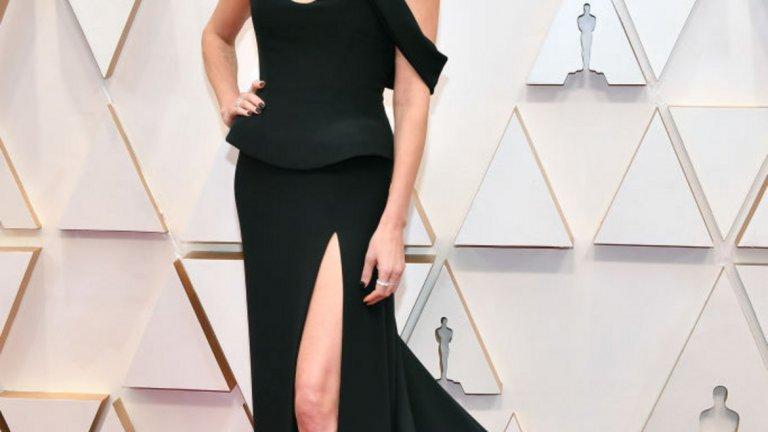 """Шарлиз Терон   Да не би актрисите от """"Бомба със закъснител"""" да са се наговорили? Терон също изба черния цвят и класическата кройка, тук - в изпълнение на Dior."""