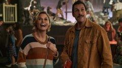 """Октомври е месецът на хорърите, но в случая и на филми, които отсега ухаят на Оскар (визираме The Trial of Chicago 7), както и на някои чакани заглавия като """"Смърт край Нил"""". Иначе казано, има какво да се види, а за да докажем, че е така, сме събрали всички важни премиери през месеца - от малък до голям екран. Приятно гледане!Hubie Halloween (Netflix) - 7 октомври По време на последната надпревара за Оскарите, Адам Сандлър заяви, че ако Академията не му даде номинация за ролята му в Uncut Gems, той ще направи възможно най-лошия филм като отмъщение.  Е, в Щатите вече спекулират, че Hubie Halloween е продукт тъкмо на тази закана. Сюжетът накратко е следният: Сандлър играе местния особняк, който се опитва да защити градчето си от неочаквана опасност, надвиснала над него на Хелоуин. Трейлърът обещава филмът да е по-скоро смешен, отколкото страшен, но сега остава въпросът дали смехът ще е резултат от това, че филмът е много лош, или Сандлър все пак ще е спретнал една добра семейна комедия."""