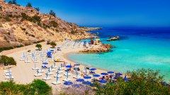 Плажът Ниси, Агия Напа, Кипът   Плажна ивица от 500 метра почти бял пясък, кристално чисти сини води, слънце до късно през есента – не е чудно, че плажът Ниси е може би най-известният кипърски плаж. Той е предпочитан както от туристите в Агия Напа, така и от местните жители.   Вечер плажът предлага и достатъчно примамливи възможности за клубен живот заради баровете, разположени на няколко крачки от пясъка. Любителите на водните спортове също няма да останат разочаровани.