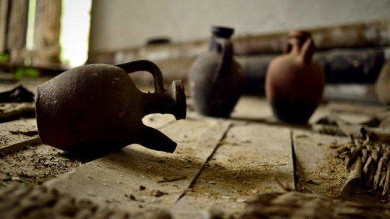 Стомните в изоставеното гасил хаане никога вече няма да послужат нито на живите, нито на умрелите. Сякаш примирен с участта си, един от съдовете се е търкулнал на прашния под