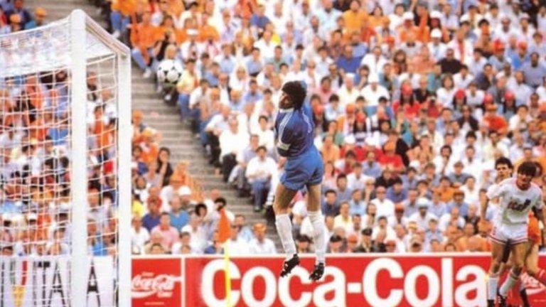 Вратарят на СССР Ринат Дисаев може само да проследи с поглед падащия лист, излязъл от крака на Марко ван Бастен при онзи негов велик гол на Евро 88 – един от най-великите голове, които светът на футбола някога е виждал.