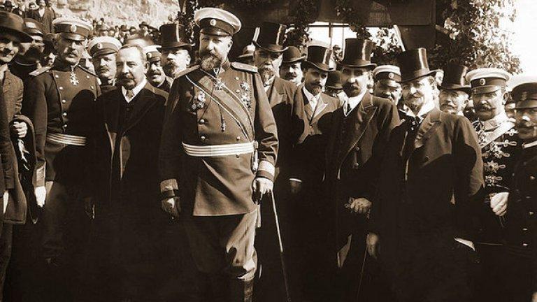 С надеждата да се поучим от историята, честит Ден на независимостта! На снимката: Фердинанд I, министър-председателят Александър Малинов, членове на правителството и генерали при обявяването на Независимостта на България, 1908 година