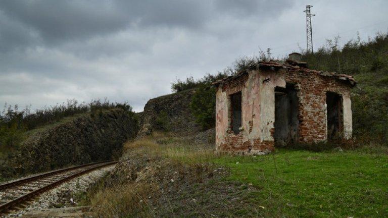 """Старата чакалня на жп спирка """"Момина скала"""". Сградата отдавна не функционира, но спирката ежедневно се използва от жителите на Лисиците за връзка с града"""
