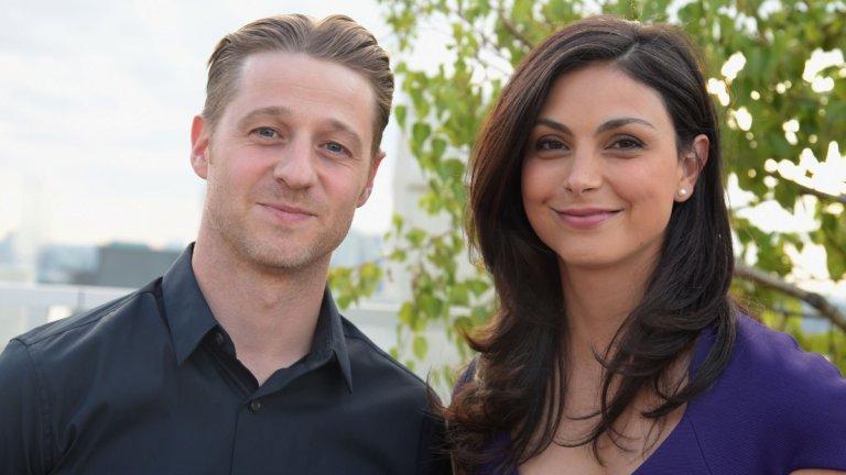 """Бременността и разводът се случиха на Морена Бакарин в една година, но с двама различни мъже  Тук ситуацията е доста пипкава... Разводът на Бакарин (Deadpool) със съпруга ѝ Остин Чик стана факт, когато тя вече беше бременна от своя колега Бен Маккензи (""""Кварталът на богатите""""). Двамата работеха заедно по сериала """"Готъм"""" (Gotham), където най-вероятно са пламнали и искрите. По думите на актрисата тя и Остин Чик вече са обсъждали потенциалната си раздяла, но все пак все още бяха женени, когато се разигра цялата драма.  Чик подаде молба за развод в средата на юни 2016 г., след като двойката е обсъждала раздялата си през март (по думите на Бакарин). Актрисата от своя страна през септември разкри, че е в четвъртия месец, което означава, че е забременяла в края на май или началото на юни... и кашата е пълна."""