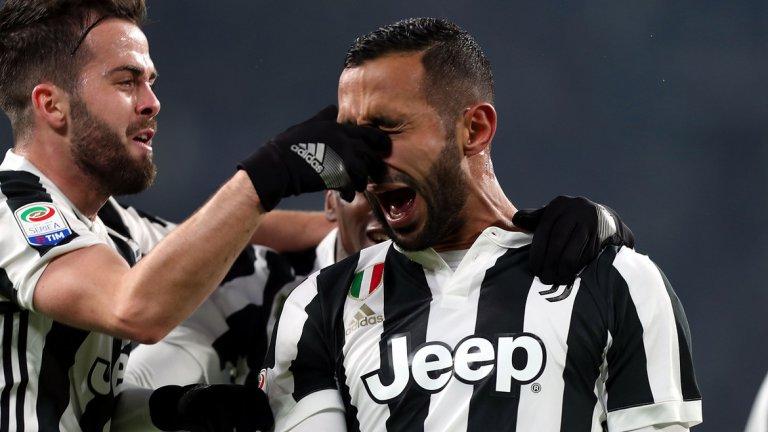 """Бившите играчи на Рома Бенатия и Пянич празнуват гола във вратата на """"вълците"""""""