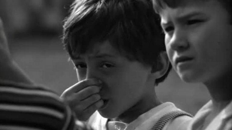 Подценен: Рицар без броня (1966), 44 място  Най-хубавият български детски филм заслужава повече признание и в днешния ден, след като при излизането си е бил абсолютен фаворит на публиката. Всъщност филмът май само на пръв поглед е за деца. С привидно простичкия сюжет (по сценарий на Валери Петров), режисьорът Борислав Шаралиев успява да поднесе една универсална история, способна да стигне до всеки и днес, и преди 50 години. Актьорското присъствие на Апостол Карамитев и Мария Русалиева е незабравимо, но авторите успяват да изтръгнат най-доброто и от малките актьори, като 11-годишният тогава Олег Ковачев става звезда с изпълнението на главната роля.   Той се превъплъщава в 9-годишния Ваньо, който неусетно научава първите си уроци за живота – учи ги от своите майка и баща, от своя вуйчо и от децата, с които си играе на улицата, облечен в картонени рицарски доспехи. Момчето е объркано от първите си сблъсъци с грубостта, подлостта и егоизма, а вуйчо Георги сякаш е единственият, на когото Ваньо може да се довери.