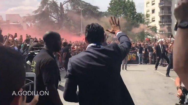 """Феновете на ПСЖ запалиха факли и димки в негова чест и дори му връчиха една факла, огласяйки въздуха с мощно """"Джиджи Буфон!"""""""
