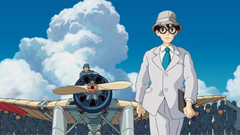 """""""Вятърът се надига""""  Последният пълнометражен филм на Хаяо Миядзаки, с който големият майстор на анимето излиза в пенсия.   Анимацията разказва за големия японски авиоинженер Джиро Хорикоши, проектирал някои от най-впечатляващите изтребители по време на Втората световна война. Във """"Вятърът се надига"""" неговият живот е разказан в типичния за Миядзаки стил, смесващ реалност, сънища, фантазии и мечти.  Сред актьорите, озвучили героите във филма, са Джоузеф Гордън-Левит, Емили Блънт, Мартин Шорт и Стенли Тучи."""