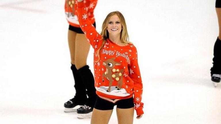 Около Коледа момичетата добавиха пуловерчета с еленчета към оскъдното облекло.