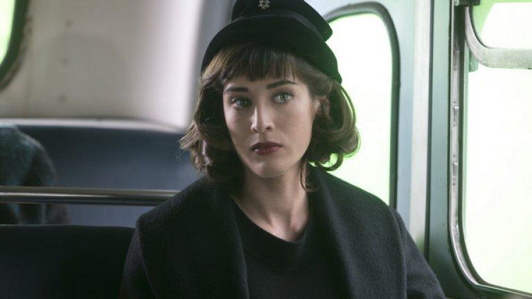 """Лизи Каплан Още една дама, която носи ретро духа в себе си. Лизи, до скоро неизвестното гадже на Матю Пери, рязко разцъфна и разкъса окови (и дрехи) в сериала """"Господари на секса"""". Всеки, който не го е гледал, може да се поправи бързо. Голата и секси Лизи е истински бонус към иначе адски готиния сериал"""