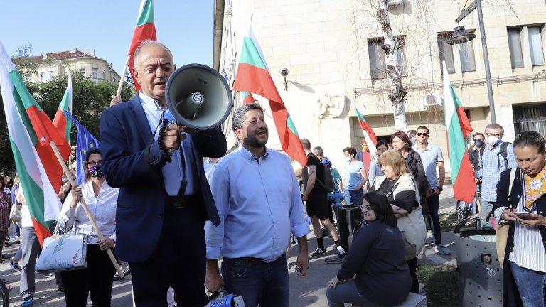 """Междувременно съпредседателите на """"Демократична България"""" Христо Иванов и Атанас Атанасов, членове и симпатизанти на коалицията се събраха на протест пред МВР с искане за оставката на Младен Маринов."""