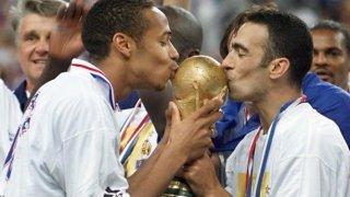 Тиери Анри и Юри Джоркаеф целуват световната купа през 1998 г.