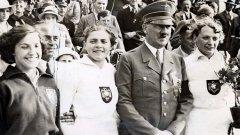 Адолф Хитлер с първите олимпийски шампиони за Германия по време на Олимпиадата през 1936 година. Хитлер използва Олимпиадата, за да получи признанието на света за новата нацистка държава