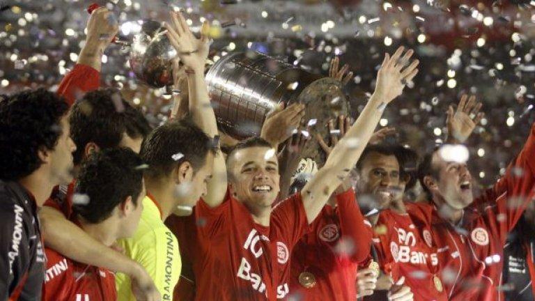 Футболистите на Интернасионал празнуваха с трофея през 2010