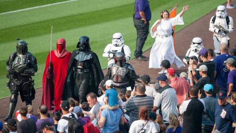 Фенове, преоблечени като любимите си герои от Star Wars, дефилират преди бейзболен мач в Щатите