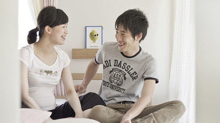 """Една определено ексцентрична услуга стана популярна в Япония преди няколко години. Тя позволява на мъже да спят до жени срещу такса, без да правят секс. Имаш възможност да си доплатиш за """"взиране' в очите на девойката за около минута или да си играеш с косата й три минута, пак срещу допълнителна такса. Толкова."""