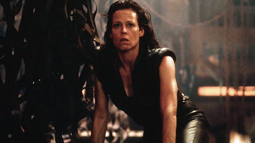 """Елън Рипли от """"Пришълецът"""" Елън Рипли (Сигърни Уивър) закопава всички стереотипи за крехките и слаби жени - тя не само не е такава, а е един от най-железните екшън герои, които сме виждали на екран. Тя успява да пребори личните си страхове и да се изправи срещу ужасяваща извънземна заплаха, която нахлува в кораба ѝ и избива най-близките ѝ хора. А когато амунициите на Рипли свършат, тя винаги може да импровизира в създаването на нови оръжия, с които да ликвидира всеки изпречил се на пътя ѝ ксеноморф."""