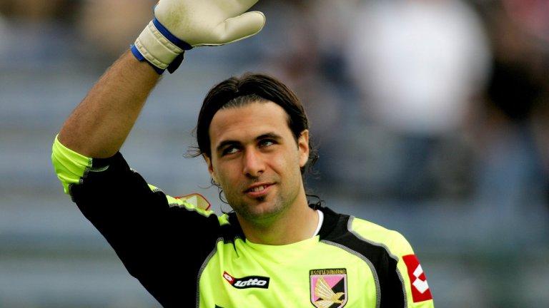 """Вратар: Салваторе Сиригу Сиригу е един от най-класните италиански вратари в последните години. Разбира се, не е от класата на Джанлуиджи Буфон, нито дори от тази на Донарума, но успя да стигне и до националния отбор, за който има 17 мача. Пристигна в Палермо още като тийнейджър и през 2011-а, след години отдаване под наем на различни по-малки отбори и само 80 мача за """"орлите"""", бе продаден на ПСЖ. Там също не пасна особено, мина през периоди под наем в Севиля и Осасуна и през лятото на 2017-а бе продаден на Торино, където, вече на 30, този сезон е твърд титуляр."""