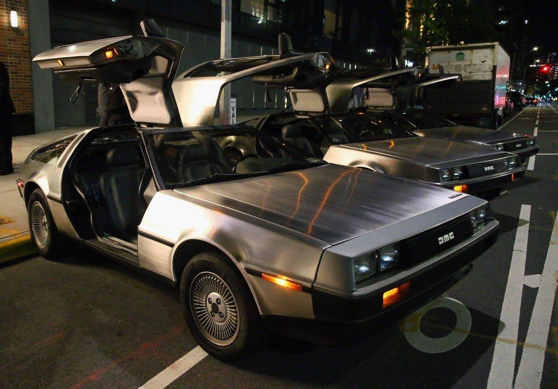 """DeLorean DMC-12, """"Завръщане в бъдещето""""   Подобен списък с иконични коли от филми няма как да мине без този DeLorean. Визуално автомобилът е футуристичен шедьовър с врати, които се отварят нагоре, и агресивно изглеждаща предна част. Дизайнът е дело на легендарния Джоджето Джуджаро, който стои зад дизайна и на коли като Lamborghini Cala и Maserati Ghibli.   Под капака обаче това не е точно суперкола. Двигателят е шестцилиндров и е използван от Peugeot, Volvo и Renault. Купето от неръждаема стомана от своя страна прави автомобила тромав и не особено бърз на пътя – максималната му скорост е около 140 км/ час. Нищо от това няма особено значение заради вече споменатия неповторим италиански дизайн."""