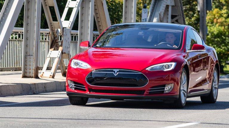 Акциите на Tesla паднаха с 5% след фатален инцидент с електромобил