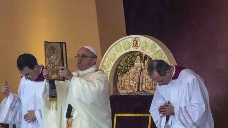 Днешният ден е и последният след 6 дневната обиколка на римокатолическия глава в Азия