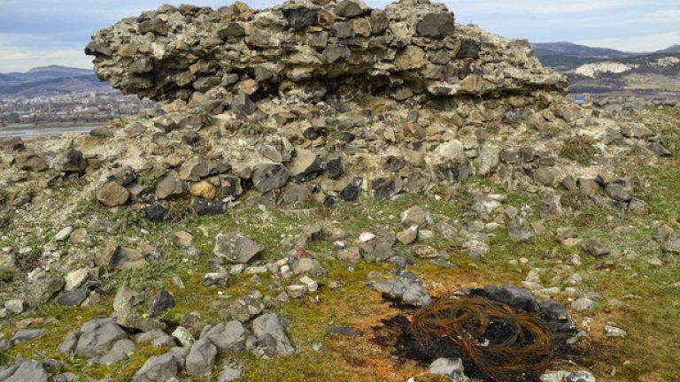 Въпреки уникалността на крепостта нито една табелка не указва пътя до нея, а тъмни субекти редовно палят гуми и изхвърлят отпадъците си край древните руини.