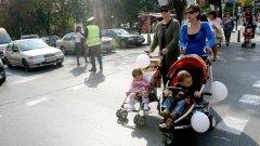 Ако искаш да си майка-редови пешеходец, а и редова майка въобще, трябва да изчакаш държавата да ти осигури условия