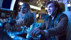 """Solo: A Star Wars Story / """"Соло: История от Междузвездни войни""""  Това е дългоочакваният филм за приключенията на Хан Соло преди познатите истории от """"Междузвездни войни"""", когото феновете очакват с нетърпение и известна доза страх. Това може да бъде изненадващият хит на идващото лято, но може да се окаже и огромен провал. Засега изглежда, че крайният резултат ще е нещо като космически уестърн, който ще разказва как Хан и Чубака са се срещнли, как Хилядолетният сокол е преминал от Ландо в Хан и как въобще любимият на всички герой от """"Междузвездни войни"""" е станал хитрия контрабандист, с когото сме свикнали. В кината можем да видим Solo: A Star Wars Story на 25 май."""