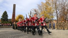 Отдаваме почит към паметта на починалите ни близки, както и към загиналите български военнослужещи. На снимката: военни по време на церемонията пред Военната костница в Централните софийски гробища.