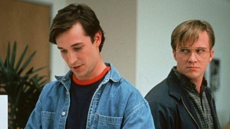 """Ноа Уайли и Антъни Майкъл Хол като Стив Джобс и Бил Гейтс (""""Пиратите от Силициевата долина"""", 1999 г.)  Това са две позабравени изпълнения от едно на пръв поглед по-непретенциозно заглавие - все пак става дума за телевизионен филм, който се е въртял и по нашите телевизии. """"Пиратите от Силициевата долина"""" е базиран на книга за враждата между Джобс и съоснователя на """"Майкрософт"""" Бил Гейтс.  В ролята на Джобс е Ноа Уайли, който зрителите познават добре от """"Спешно отделение"""". Антъни Майкъл Хол от култовия """"Нечиста наука"""" влиза в кожата на Гейтс, в едно - по наши спомени - доста приятно изпълнение."""